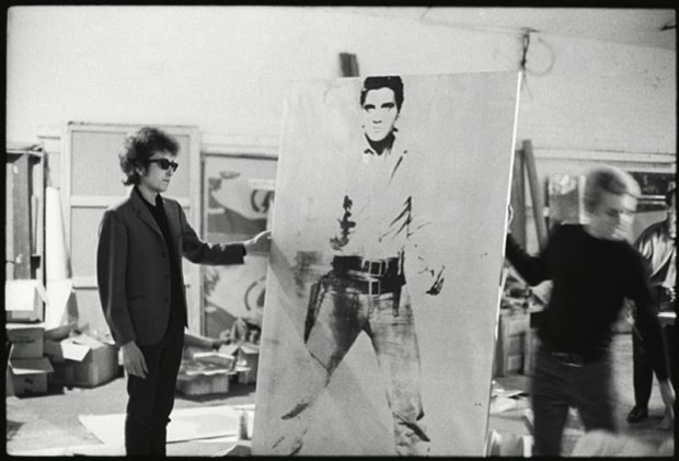 https://adolfovasquezrocca.files.wordpress.com/2015/02/d2393-bob-dylan-with-a-double-elvis-screen-print-by-andy-warhol-the-silver-factory-231-east-47th-street-new-york-1965-photo-nat-finkelstein-800x544.jpg